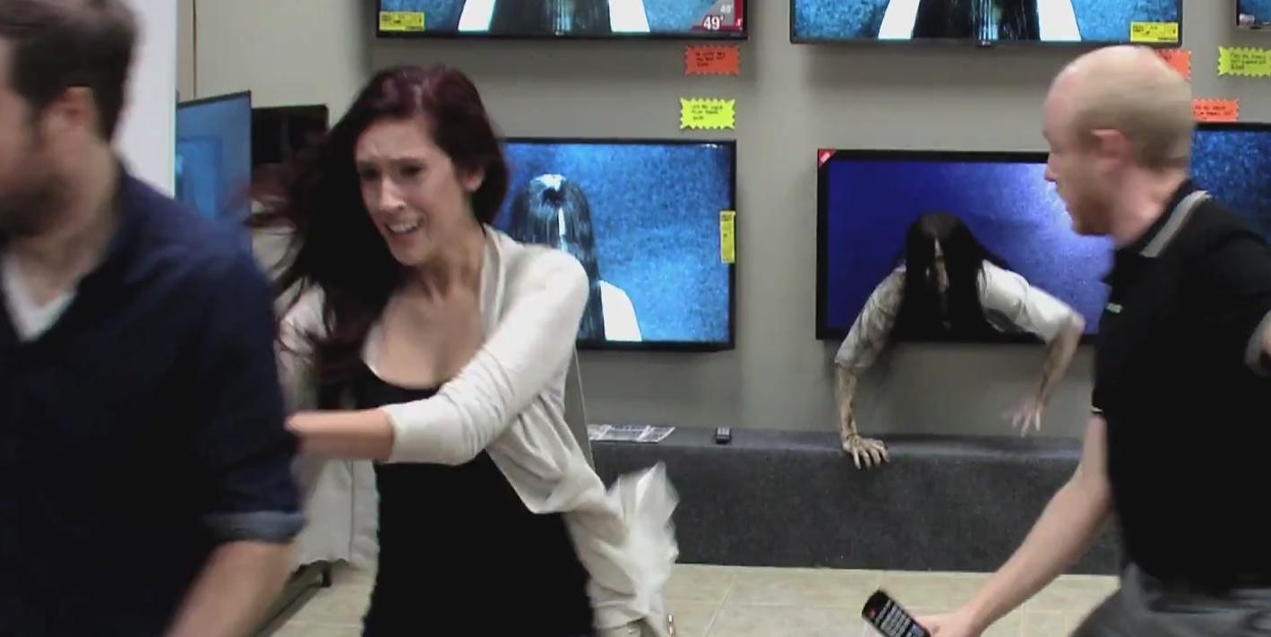 PEGADINHA: Samara sai da TV e assusta clientes em loja de eletrodomésticos