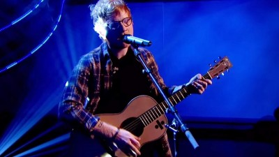 "Ed Sheeran faz performance de ""What Do I Know?"" para apoiar campanha do Red Nose Day"