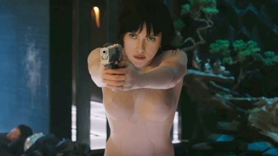 "Scarlett Johansson tá destruidora na cena inicial de ""A Vigilante do Amanhã: Ghost in the Shell"""