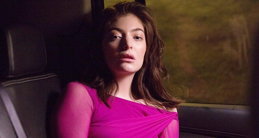 Após ter performance vetada no Grammy, Lorde costura texto feminista em vestido como forma de protesto