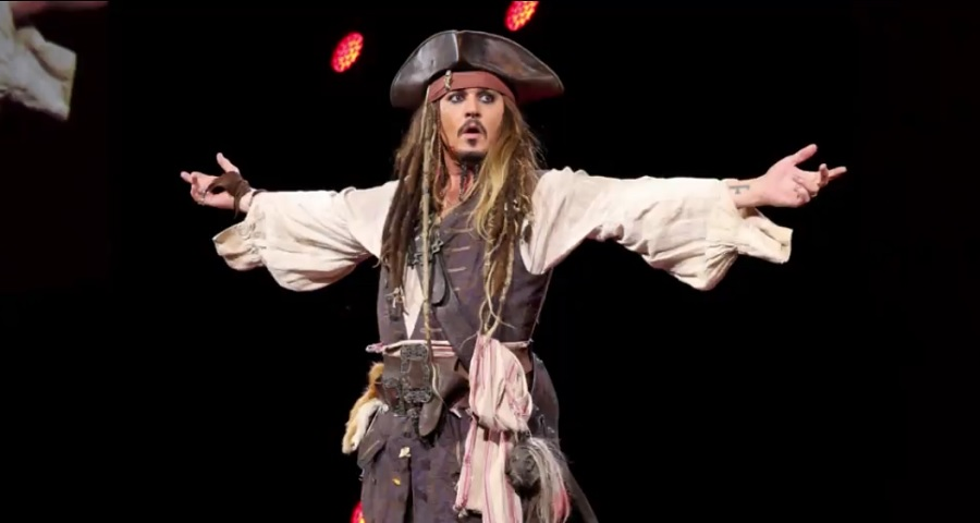 "Johnny Depp se veste de Jack Sparrow e surpreende fãs de ""Piratas do Caribe"" na Disney"