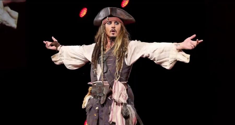 """Johnny Depp se veste de Jack Sparrow e surpreende fãs de """"Piratas do Caribe"""" na Disney"""