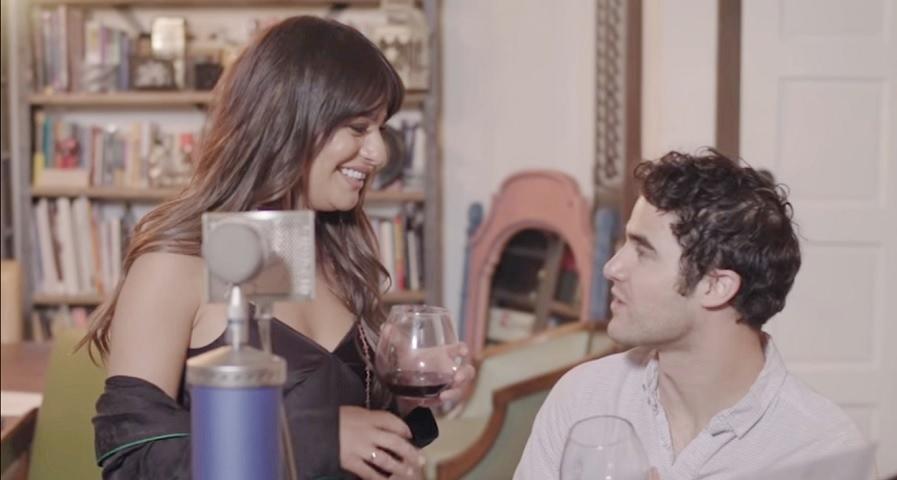 "Lea Michele canta ""Don't You Want Me"" com Darren Criss e relembra época de ""Glee"""