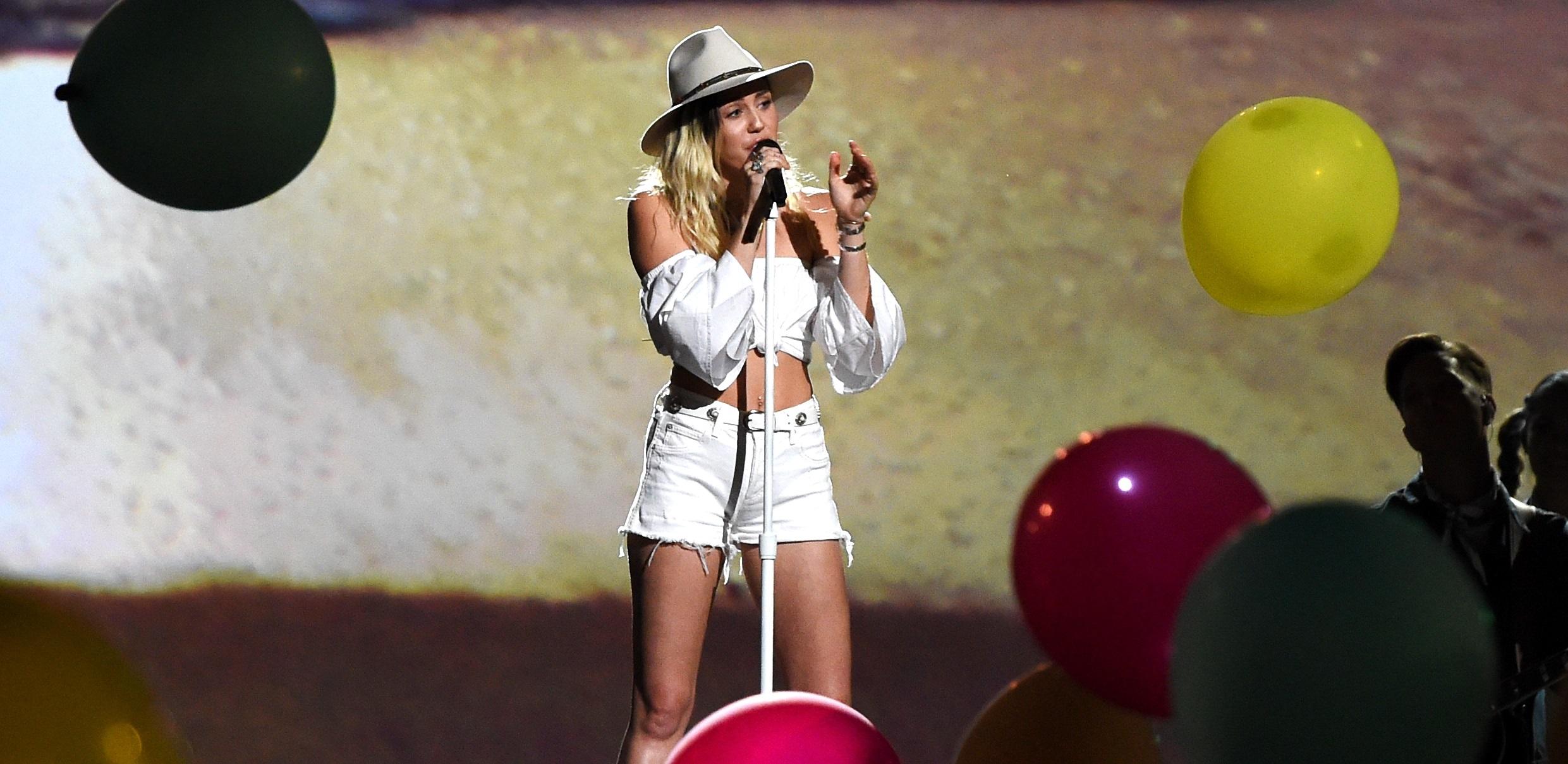 "Miley Cyrus se emociona MUITO em performance de Malibu no ""Billboard Music Awards 2017"""
