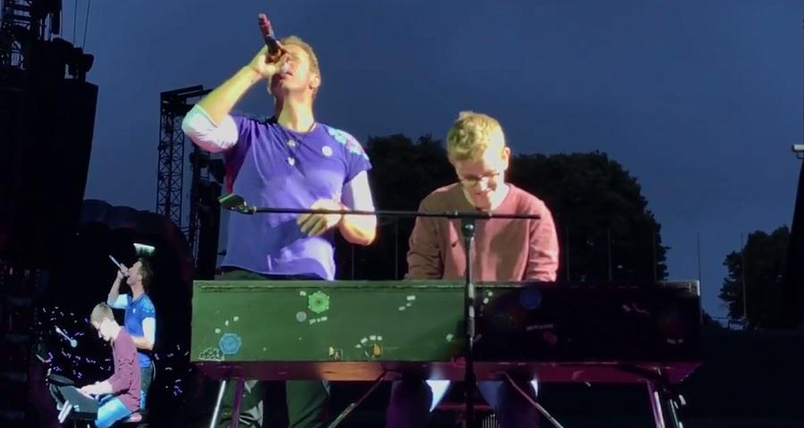 """Em show do Coldplay, Chris Martin chama ao palco fã que pediu pra tocar """"Everglow"""" para ele"""