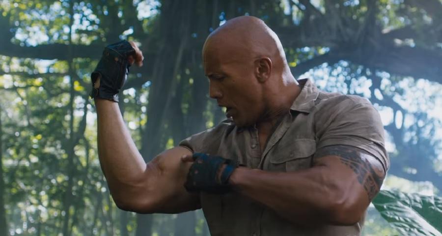 """Dwayne Johnson exibe músculos em trailer completo de """"Jumanji: Welcome to the Jungle""""; assista!"""