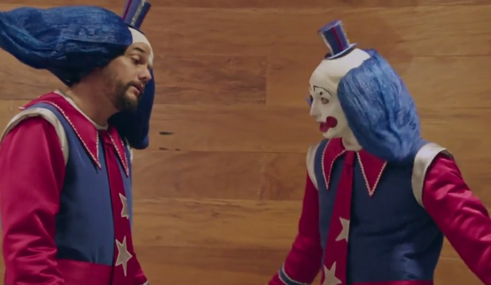 """Amigos? Wagner Moura e Vladimir Brichta """"disputam"""" papel de """"Bingo – O Rei das Manhãs"""" em teaser hilário; assista!"""
