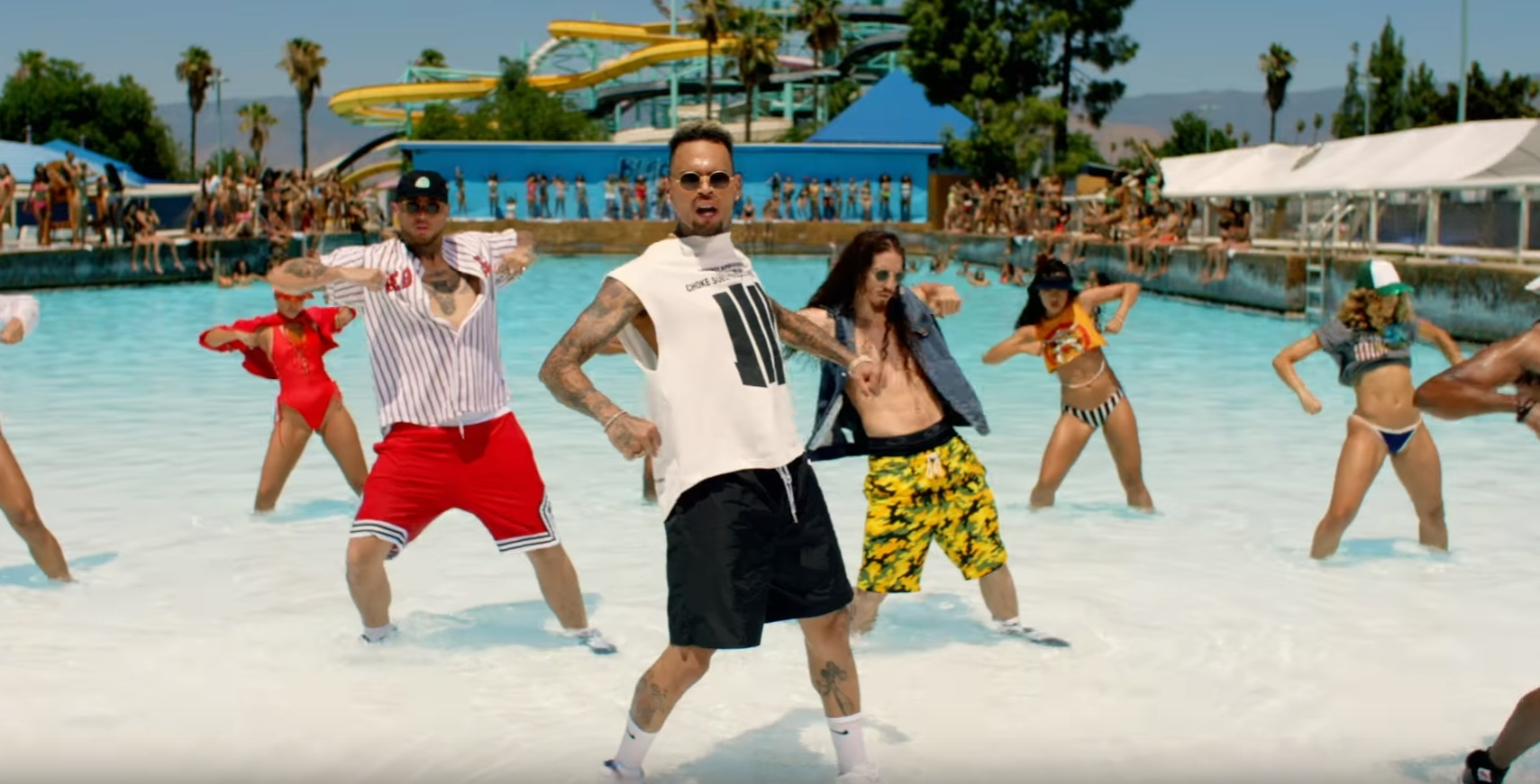 "Chris Brown arrasa na coreo em pool party do clipe de ""Pills and Automobiles"", sua nova aposta"