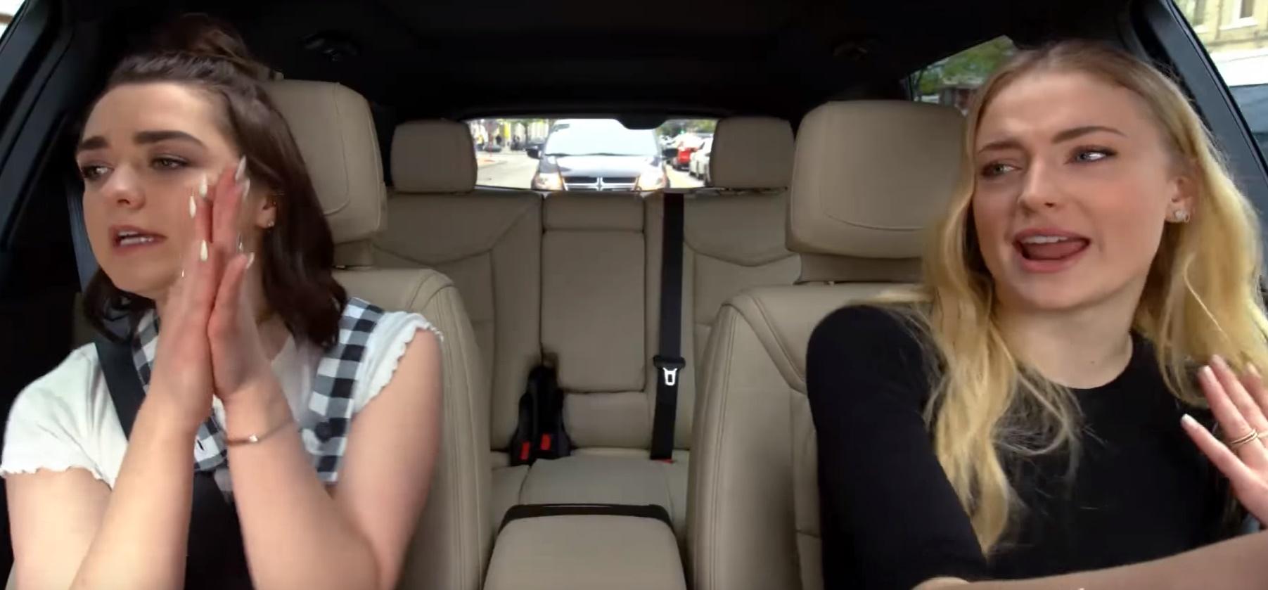 """""""Carpool Karaoke"""" de Maisie Williams e Sophie Turner ganha vídeo inspirado em abertura de """"Game of Thrones"""""""