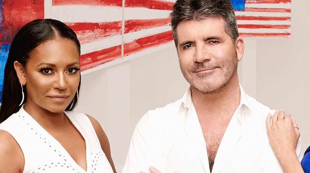 """Eita! Mel B joga água em Simon Cowell e abandona estúdio do """"America's Got Talent"""" após piada sobre ex"""