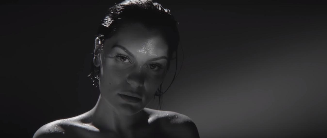 """Jessie J homenageia Michael Jackson com cover de """"Earth Song"""" em show intimista; assista!"""