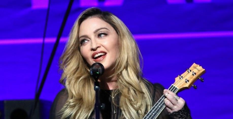 """Madonna diz que as filhas gêmeas não fazem ideia da fama dela: """"Sou apenas a mãe"""""""