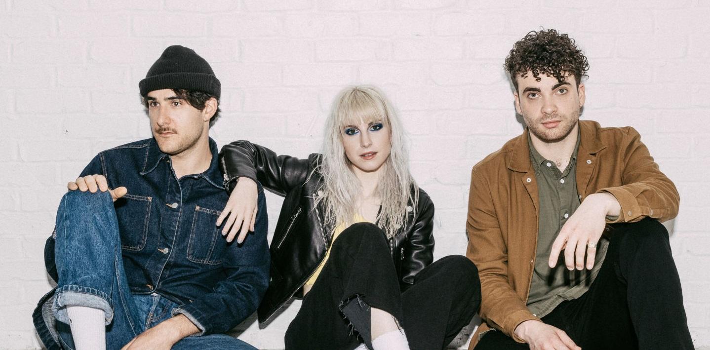 Paramore arrasa em lives 'diferentes' de 'Hard Times' e 'Fake Happy'; vem assistir!