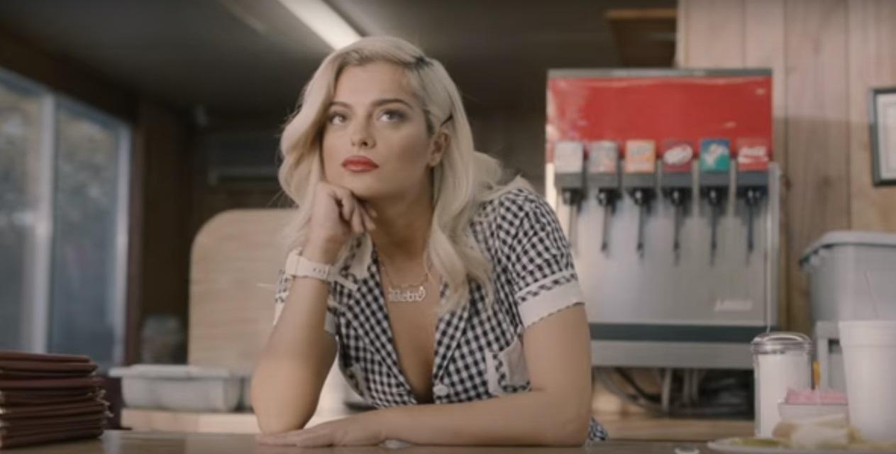 Bebe Rexha vive garçonete sonhadora no clipe da ótima 'Meant to Be'; vem ver