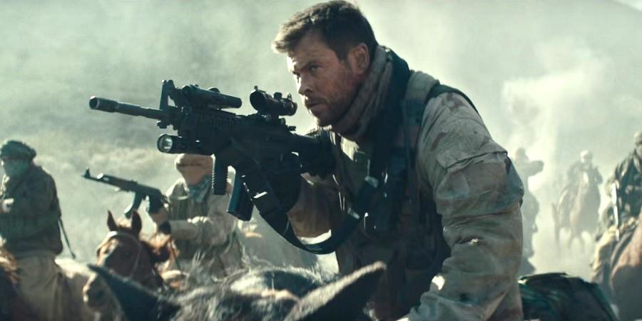 """Chris Hemsworth enfrenta terroristas no Afeganistão no trailer de """"12 Strong""""; assista"""