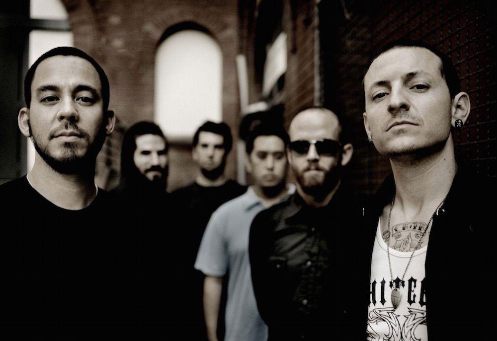 """Linkin Park lança música escrita oito dias após a morte de Chester Bennington; ouça """"Looking For An Answer""""!"""