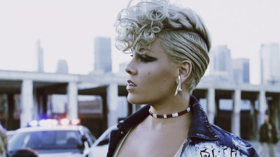 Ela se entrega! P!nk faz lives poderosos de 'What About Us' e 'Beautiful Trauma' na TV