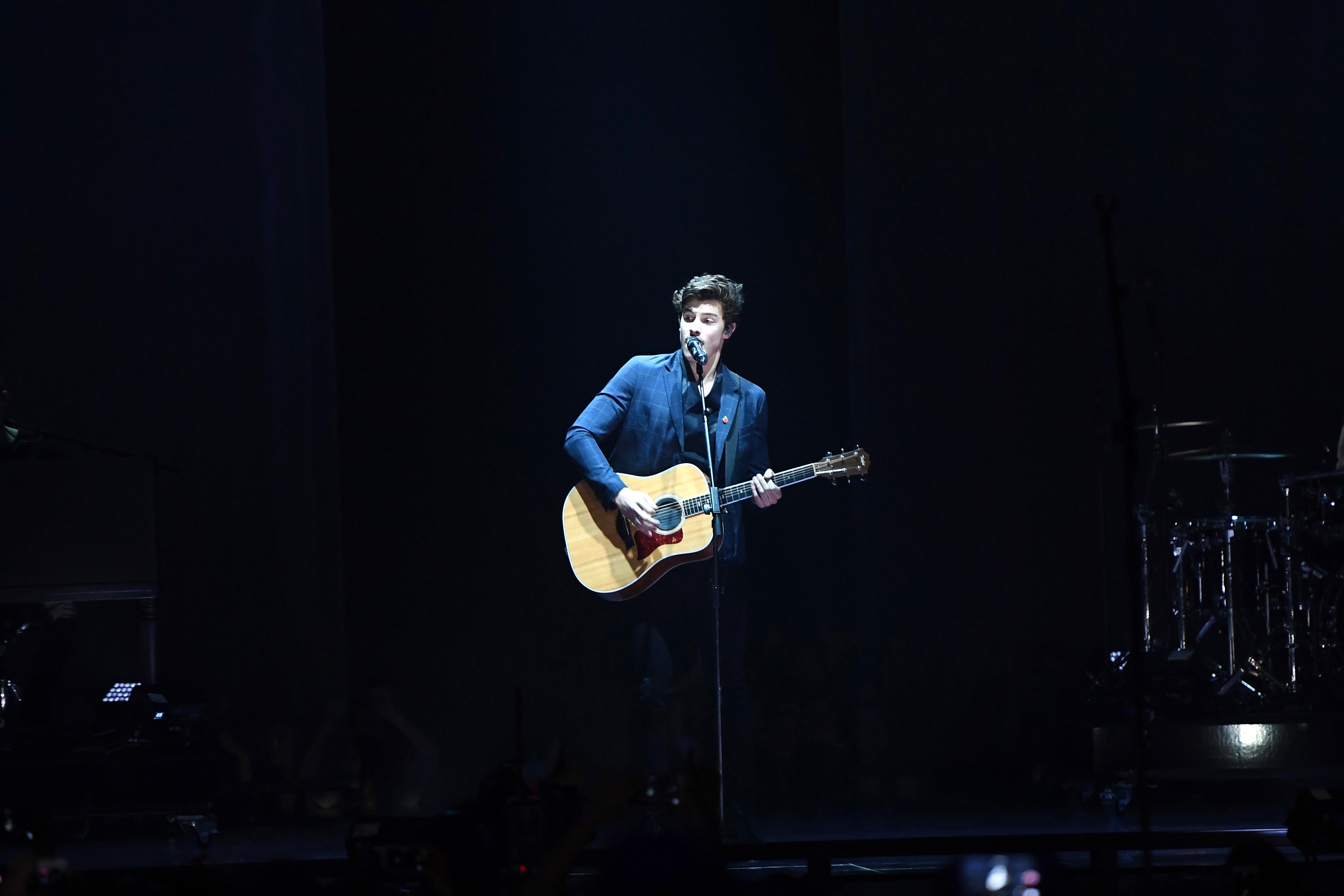 "MTV EMA 2017: Shawn Mendes faz público suspirar com performance de ""There's Nothing Holdin' Me Back""; assista!"