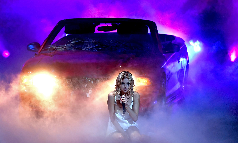 """AMA 2017: Selena Gomez faz performance arrepiante e marca retorno aos palcos com """"Wolves""""; assista!"""