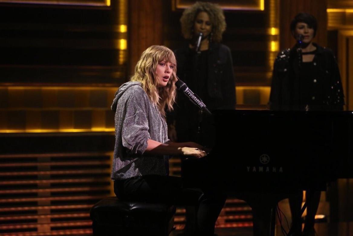 """Taylor Swift chora em show ao relembrar assédio sexual: """"Parte horrível da minha vida""""; assista!"""