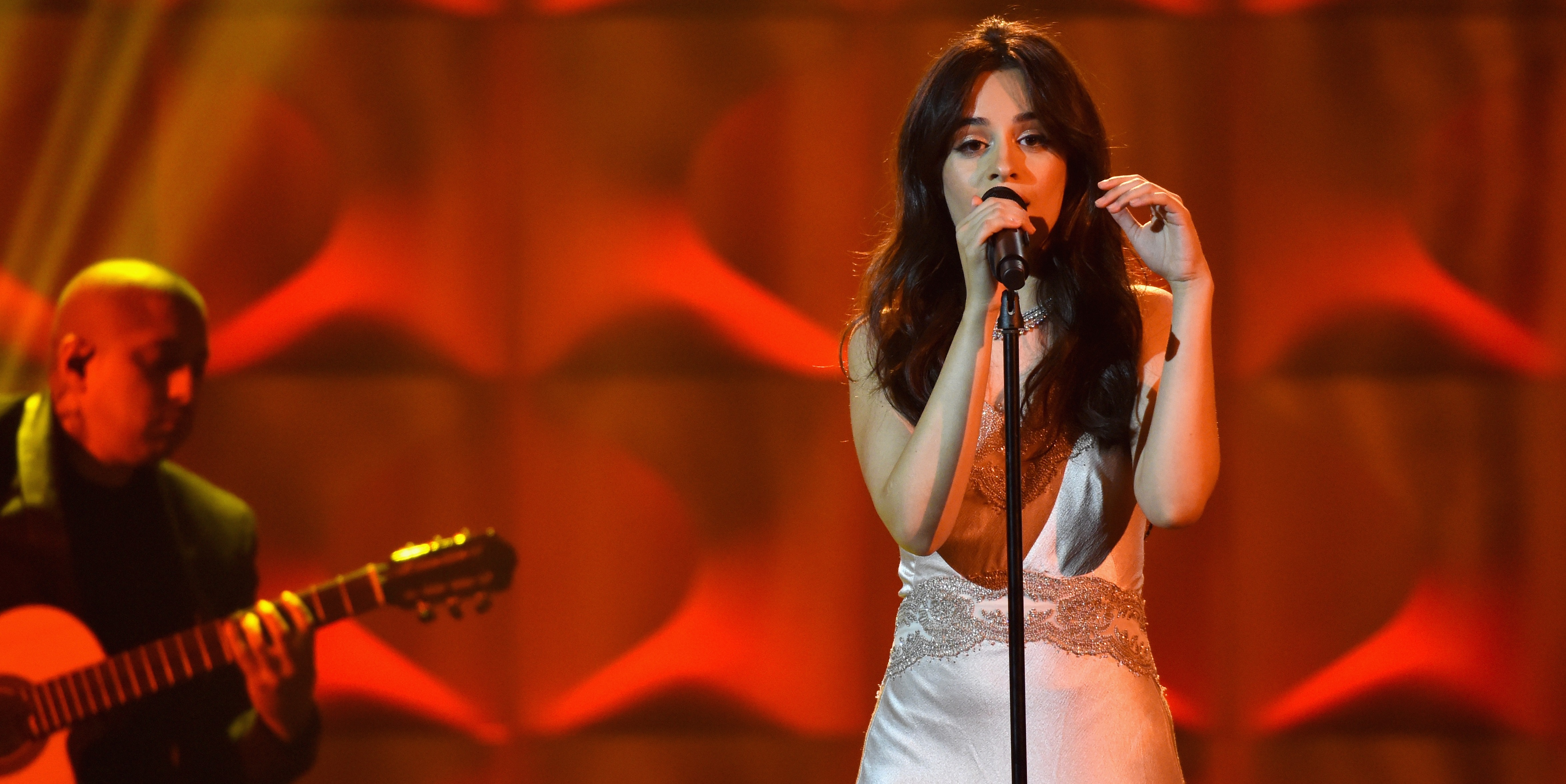 Camila Cabello faz performance acústica PERFEITA de 'Havana' e homenageia a mãe em premiação