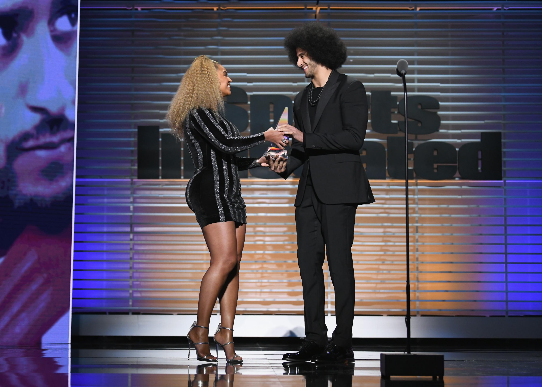 Beyoncé surpreende em evento esportivo e entrega prêmio para Colin Kaepernick