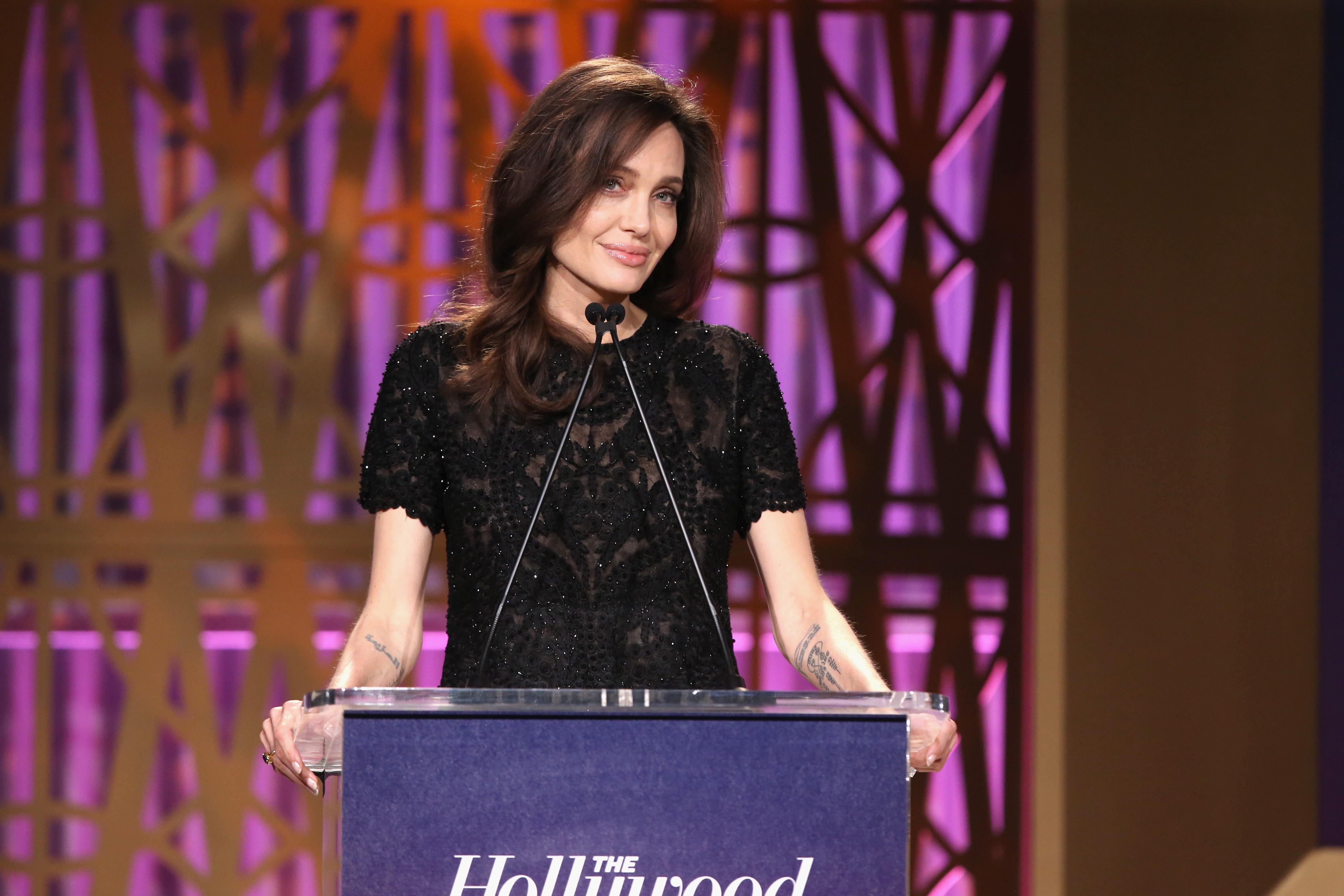 Angelina Jolie evita tapete vermelho em premiação e faz discurso sobre liberdade