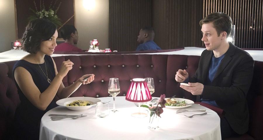"""""""Black Mirror"""": Netflix libera trailer do episódio """"Hang the DJ"""" da quarta temporada"""