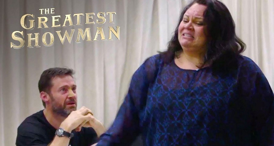 """O Rei do Show"": Atriz canta o hino ""This is Me"" e deixa Hugh Jackman emocionado"