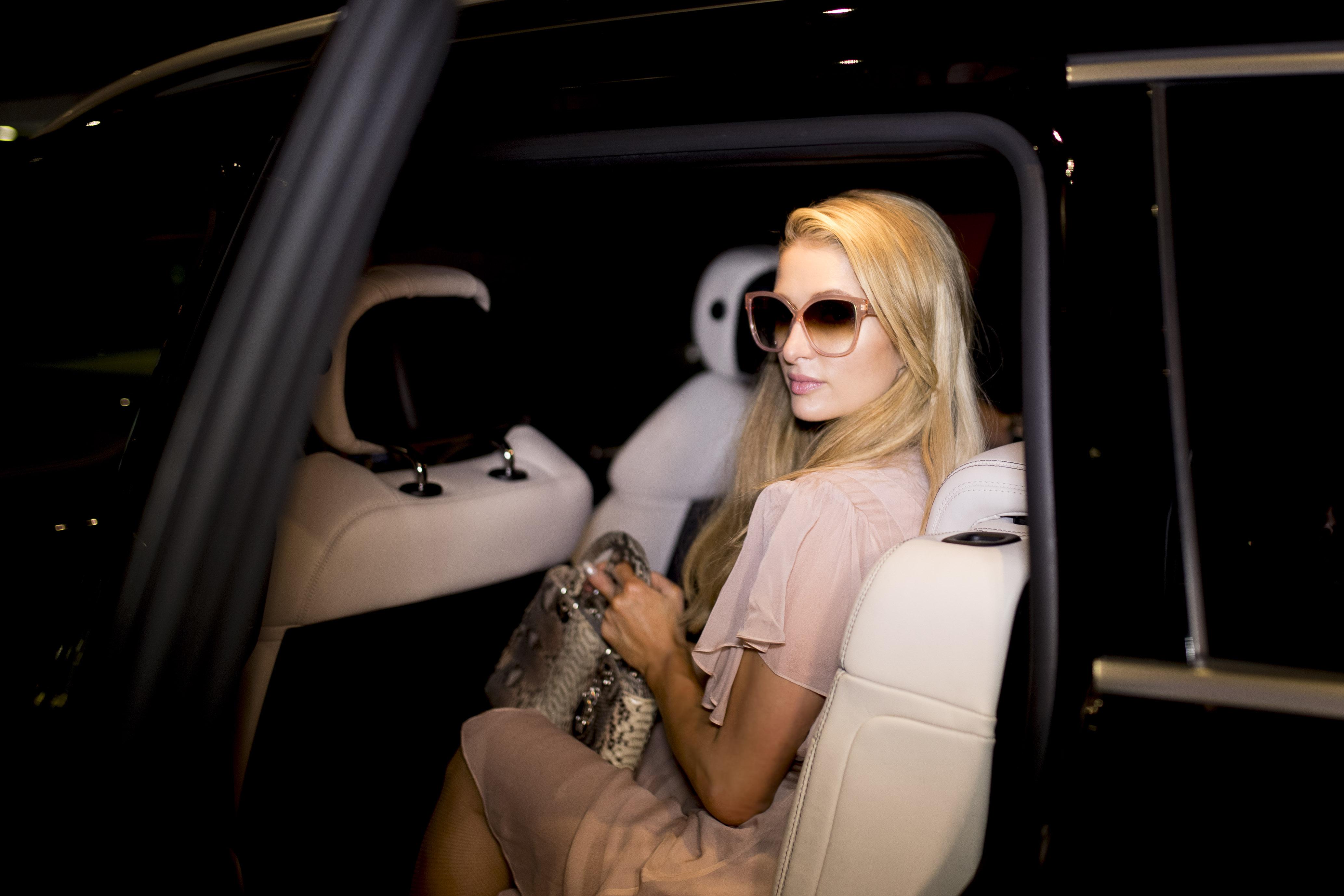 """Paris Hilton teme assaltos durante viagem e decide """"cercar"""" anel milionário de noivado, afirma TMZ"""