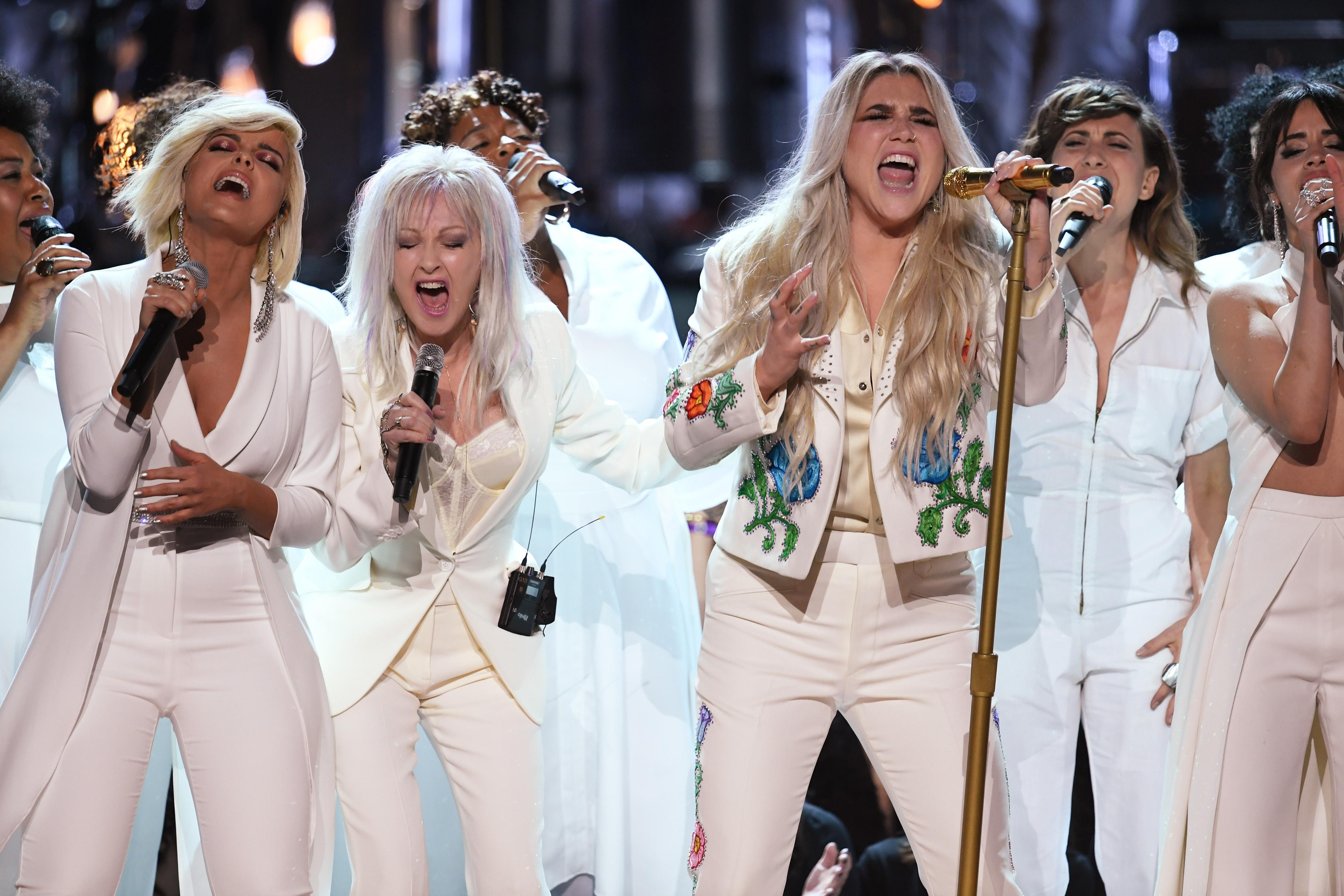 Grammy 2018: Kesha faz performance DE ARREPIAR de 'Praying' com Camila Cabello; Cyndi Lauper; Bebe Rexha e mais
