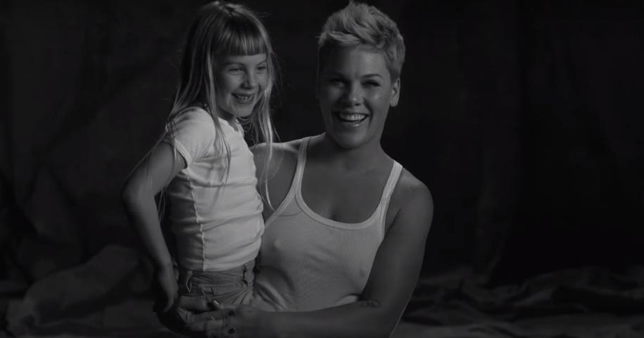 P!nk lança clipe lindo com a filha; vem assistir a 'Wild Hearts Can't Be Broken'