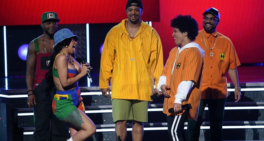 Grammy 2018: Bruno Mars e Cardi B ARRASAM em primeira performance juntos de 'Finesse'