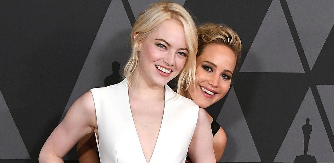Com metade do rosto maquiado, Jennifer Lawrence desiste de festa do 'Globo de Ouro' e a culpa é da Emma Stone!