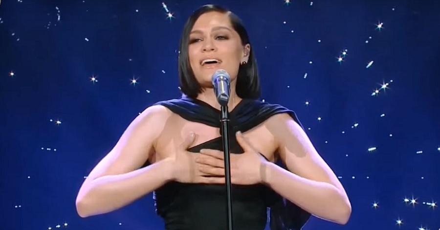 "Jessie J arrasa ao cantar ""I Have Nothing"", de Whitney Houston, em programa chinês; vem ver"