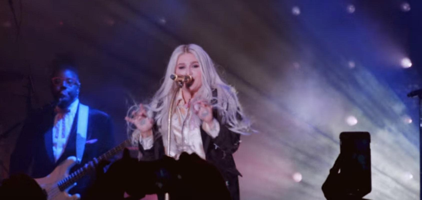 """Com depoimentos dos fãs, Kesha libera novo clipe para o single """"Woman""""; assista!"""