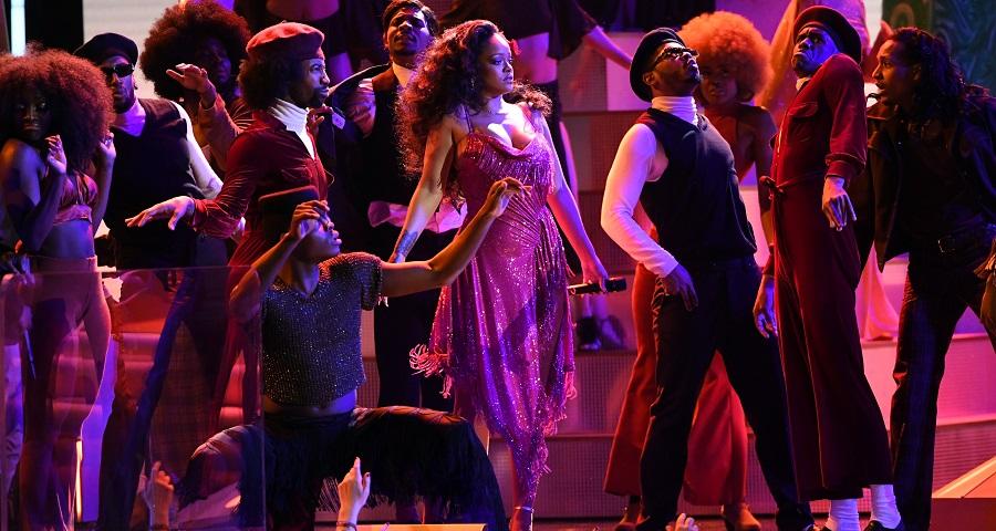Grammy 2018: Rihanna faz primeira e maravilhosa performance de 'Wild Thoughts' com DJ Khaled e Bryson Tiller