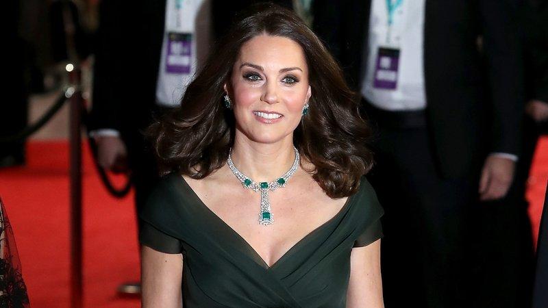 """Vestido de Kate Middleton causa polêmica durante o Bafta, """"Oscar britânico"""""""