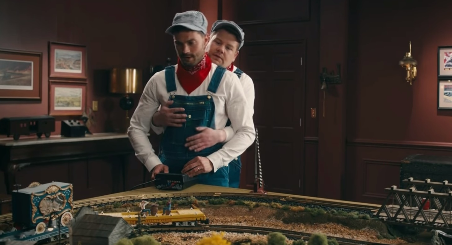 HILÁRIO! James Corden 'seduz' Jamie Dornan em seu 'quarto vermelho' na melhor paródia de 50 Tons! Vem ver