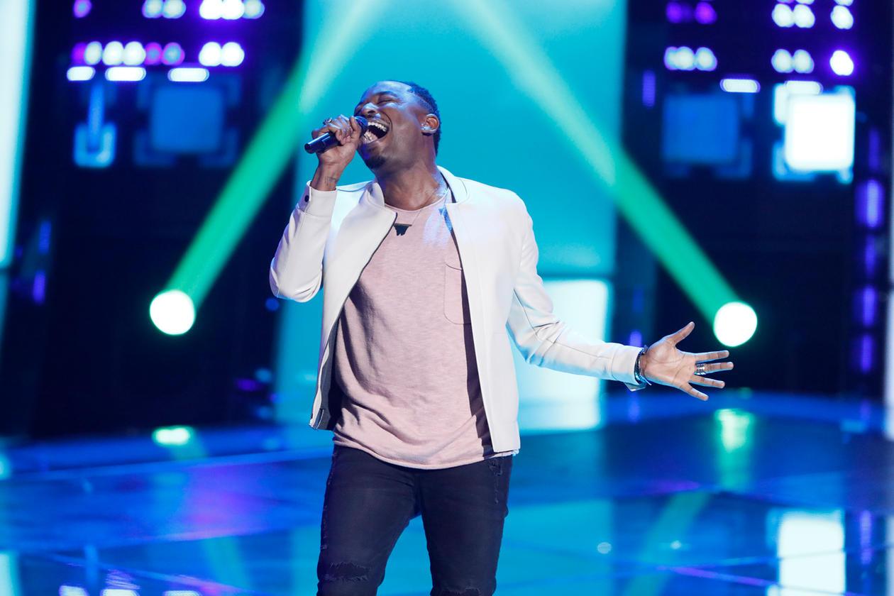 """""""The Voice"""": Cantor vence tratamento contra câncer e conquista Adam Levine no palco; assista!"""