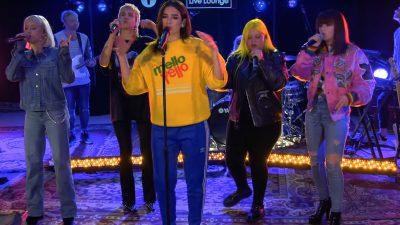 Dua Lipa faz parceria com Zara Larsson, MØ, Alma e Charli XCX em performance de 'IDGAF'; assista!