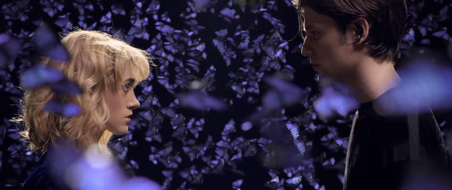 """James Bay lança clipe lindíssimo de """"Wild Love""""com atriz de """"Stranger Things""""; assista!"""