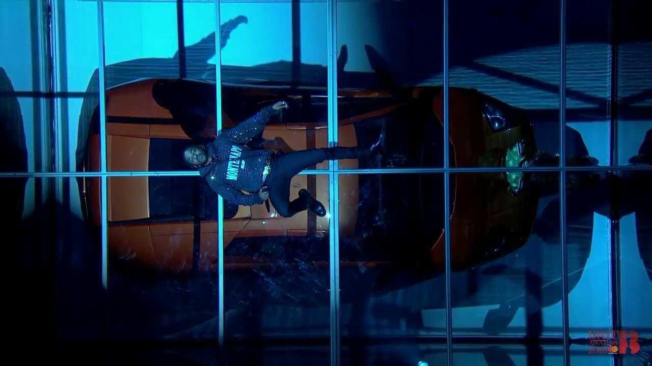 "BRIT Awards 2018: Kendrick Lamar destrói carro de luxo em performance de ""FEEL""; assista!"