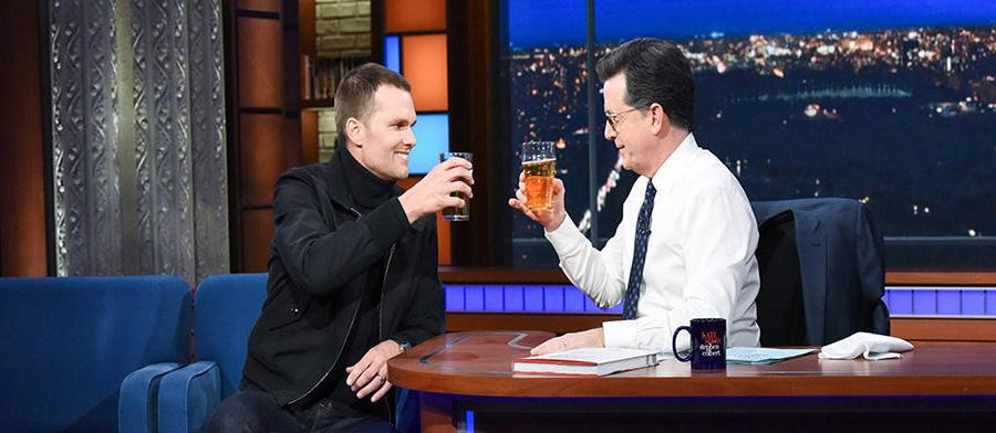 Tom Brady faz competição de virar cerveja e come morango pela primeira vez na vida na TV