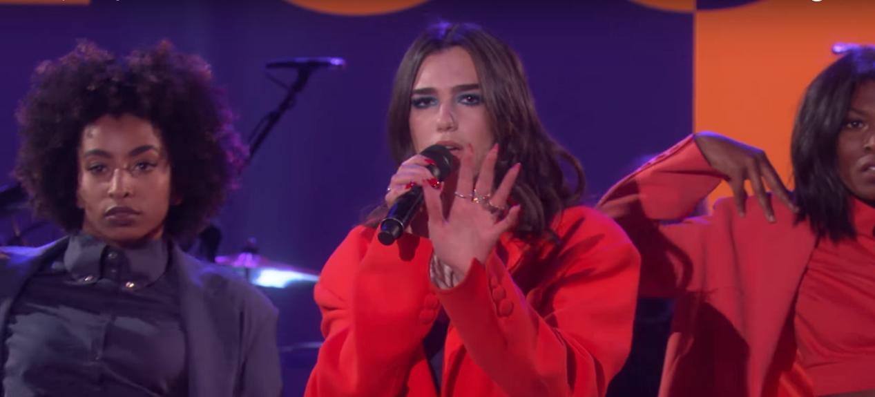 Dua Lipa arrasa em performance do hino 'IDGAF' no programa da Ellen; vem ver!