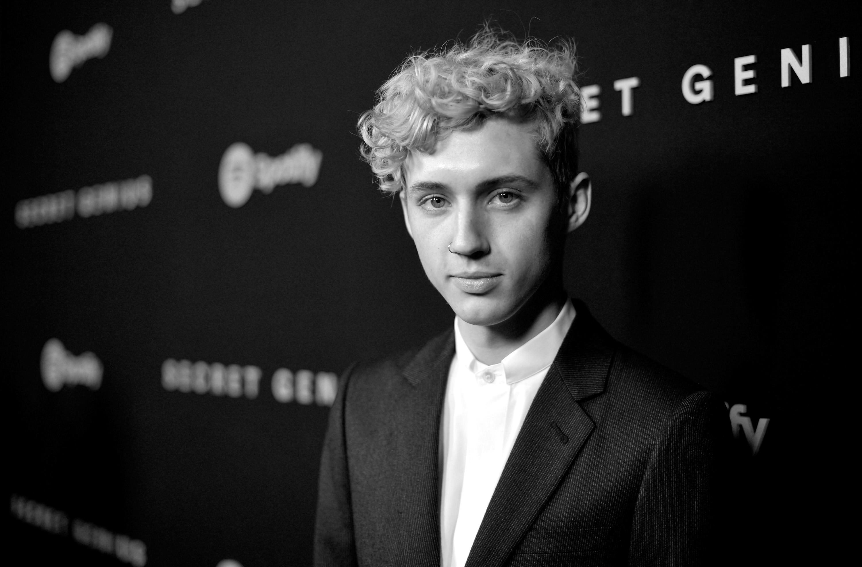"Troye Sivan explica rejeição ao título de 'ícone gay': ""Recuso educadamente"""