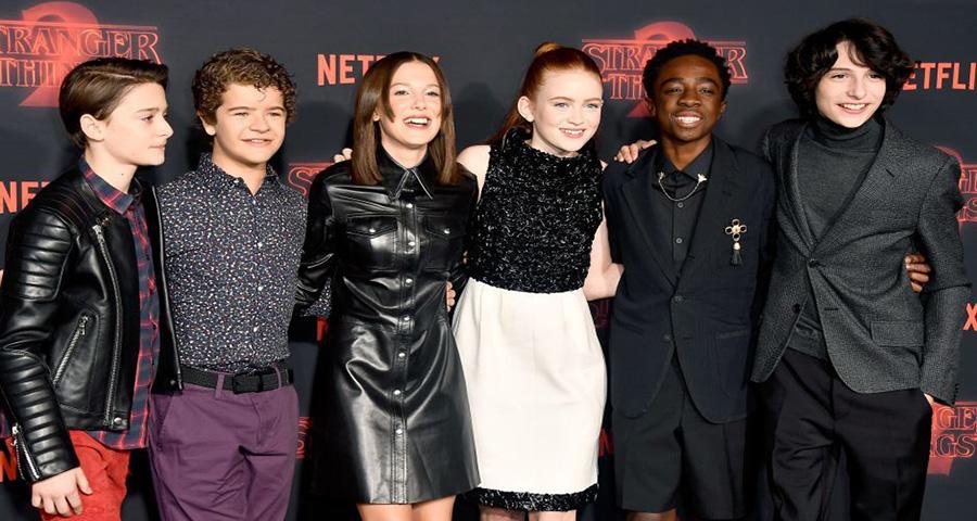 """Elenco de """"Stranger Things"""" ganha um super aumento para a terceira temporada"""