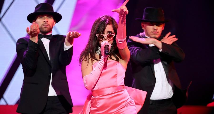 """iHeart Awards: Camila Cabello arrasa na sensualidade em performance de """"Havana"""""""