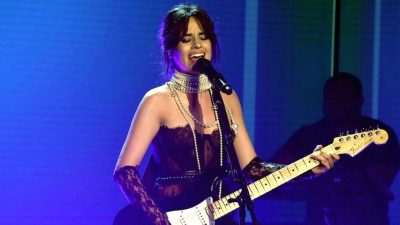 "Camila Cabello faz performance intimista de ""Never Be The Same"" no programa da Ellen"