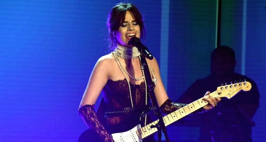 "Camila Cabello faz performance intimista de ""Never Be The Same"" no programa da Ellen"